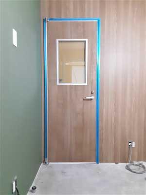 扉吊り込み・含鉛ガラス取付完了